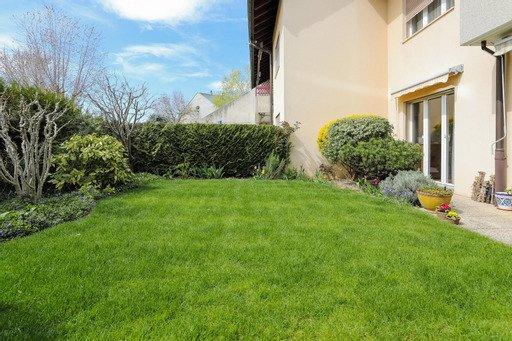 Appartement traversant avec terrasses et jardin